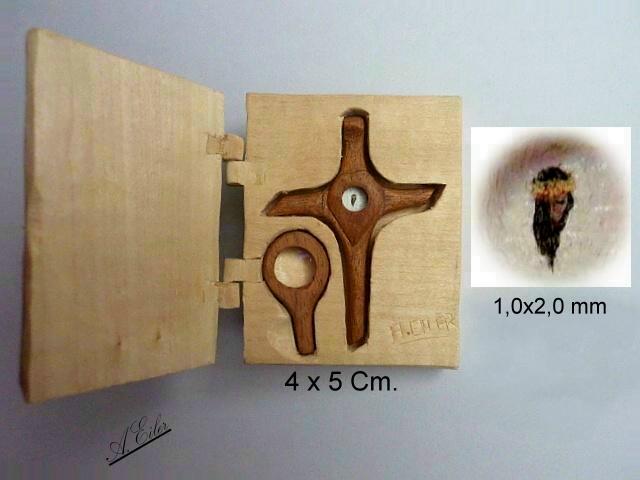 Kreuz aus Holz mit Miniatur