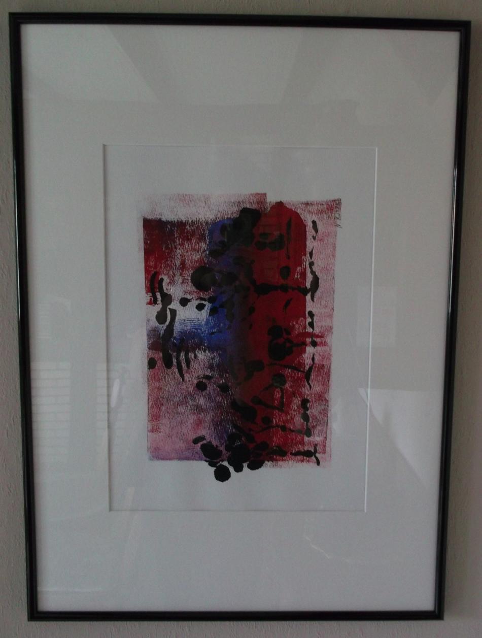 Schwarze Kleckse auf rot-blauem Hintergrund