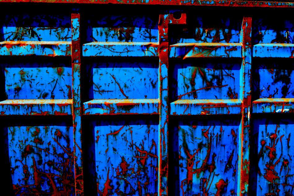 Blaue,rostige Kiste am Wegesrand-Surreal