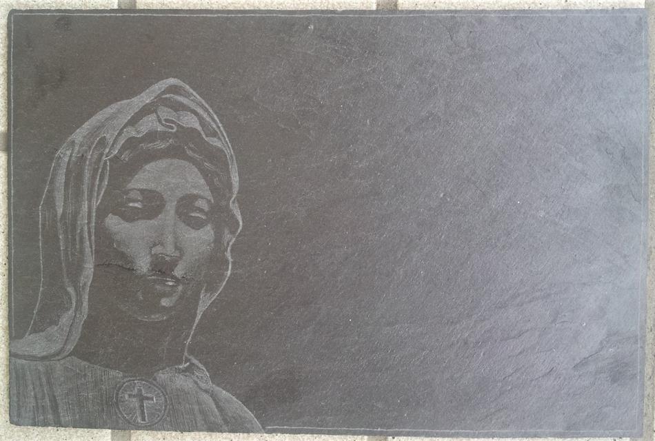 Maria auf Schieferplatte