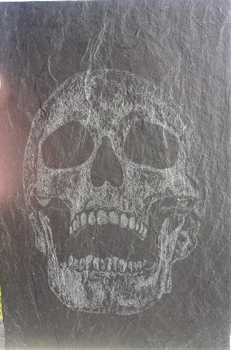 Totenkopf auf Schiefer
