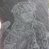 Engel mit Kreuz auf Schieferplatte graviert