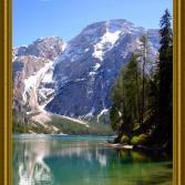 Pragser Wildsee von den Dolomiten umgeben