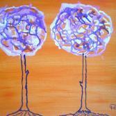 Zwei blühende Kirschbäume