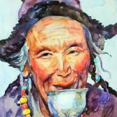 Alte Frau trinkt Buttertee