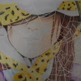 Mädchen hinter Spinnennetz