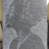 Frau auf Schieferplatte